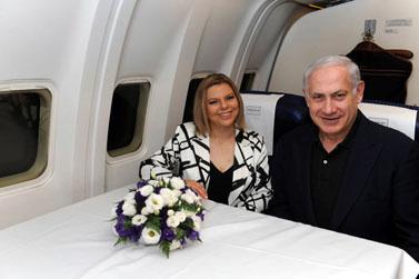 """ראש הממשלה בנימין נתניהו ורעייתו שרה במטוס אל-על, יולי 2010 (צילום: עמוס בן-גרשום, לע""""מ)"""