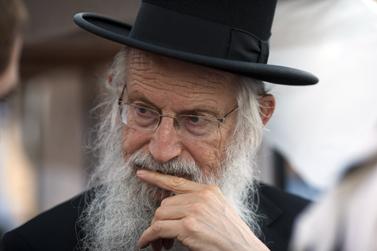 הרב זלמן ברוך מלמד בעצרת תפילה בשכונת גבעת-האולפנה בבית-אל, יוני 2012 (צילום: יונתן זינדל)