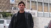 זליג רבינוביץ' ליד בנין רשות השידור בירושלים (צילום: פלאש 90)