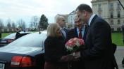 """ראש ממשלת צ'כיה, פטר נצ'אס, מקבל את בני הזוג נתניהו בפרחים (צילום: עמוס בן-גרשום, לע""""מ)"""