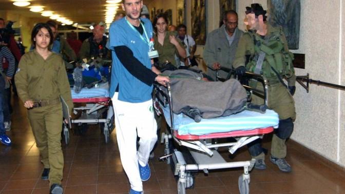 """חייל צה""""ל פצוע מובל לקבלת טיפול בבית-החולים סורוקה בבאר-שבע, אתמול (צילום: דודו גרינשפן)"""