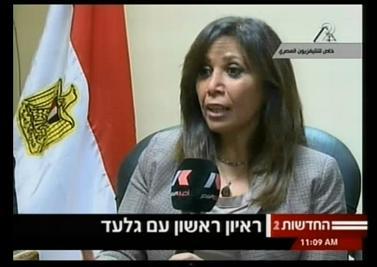 העיתונאית המצרייה שהירה אמין מראיינת את גלעד שליט ברגעי שחרורו משבי חמאס (צילום מסך: ערוץ 2, הטלוויזיה המצרית)