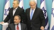 ראש הממשלה בנימין נתניהו, שר הביטחון אהוד ברק ושר החוץ אביגדור ליברמן, אתמול במסיבת עיתונאים שבה הכריזו על הפסקת אש עם חמאס (צילום: מרים אלסטר)
