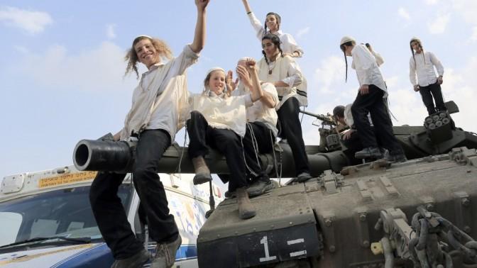 ילדים חסידי ברסלב חוגגים על טנק (צילום: צפריר אביוב)