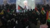 """פלסטינים צופים בנאום מחמוד עבאס באו""""ם, אתמול ברמאללה (צילום: עיסאם רימאווי)"""