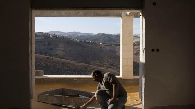 פועל פלסטיני באתר בנייה במעלה-אדומים, אתמול (צילום: יונתן זינדל)
