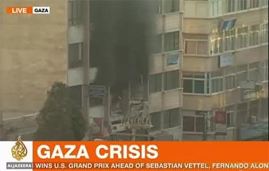 עשן עולה מבניין א-שורוק בעזה, 19.11.12 (צילום מסך: אל-ג'זירה)