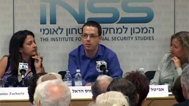 """מימין: סא""""ל אביטל ליבוביץ, ראש תחום תקשורת בינלאומית בדובר צה""""ל; הפרשן הצבאי של """"הארץ"""" עמוס הראל וג'נין זכריה, כתבת ה""""וושינגטון פוסט"""" בישראל. אתמול בכנס באוניברסיטת תל-אביב"""