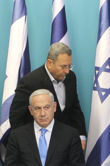 """ראש הממשלה בנימין נתניהו ושר הביטחון אהוד ברק, אתמול במסיבת העיתונאים שבה הודיעו על הפסקת האש במבצע """"עמוד ענן"""" (צילום: מרים אלסטר)"""