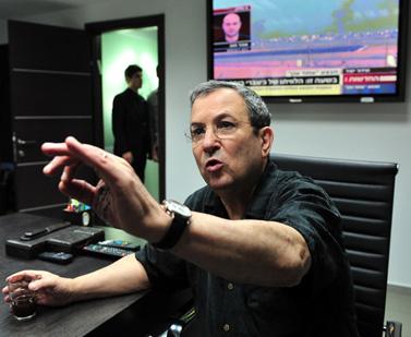 שר הביטחון אהוד ברק במטה פיקוד דרום, 15.11.12 (צילום: אריאל חרמוני, משרד הביטחון)