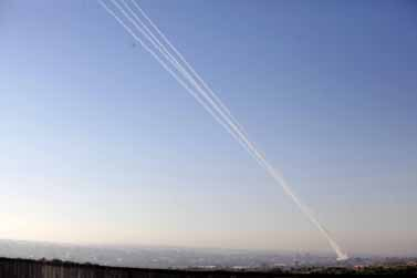 מערכת כיפת-ברזל ליד באר-שבע מיירטת רקטות שנורו מרצועת עזה, 15.11.12 (צילום: אדי ישראל)