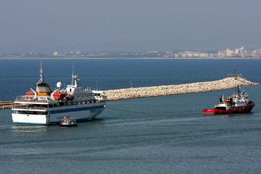 """ספינה טורקית גוררת מנמל חיפה את המאבי-מרמרה, שהשתתפה במשט לעזה ועל סיפונה אירעה התנגשות אלימה עם חיילי צה""""ל. 5.8.10 (צילום: הרצל שפירא)"""
