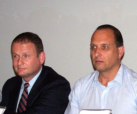 """יו""""ר רשות השידור אמיר גילת (מימין) ומנכ""""ל משרד ראש הממשלה הראל לוקר בטקס חתימת הסכם הרפורמה בהיכל-התרבות בלוד, אוגוסט 2012 (צילום: """"העין השביעית"""")"""