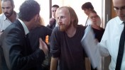 """יו""""ר ועד עובדי """"מעריב"""" חגי מטר (במרכז) היום בבית-הדין לעבודה בתל-אביב (צילום: """"העין השביעית"""")"""