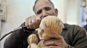 אמן עץ פלסטיני מכין פסלון של ישו התינוק, אתמול בבית-לחם (צילום: עיסאם רימאווי)