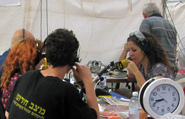 """קרן נויבך משדרת את תוכניתה """"סדר יום"""" ממאהל המחאה החברתית בשדרות רוטשילד בתל-אביב, 31.7.11 (צילום: """"העין השביעית"""")"""
