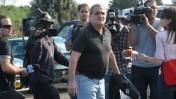 עיתונאים מקיפים את נחום מנבר עם צאתו מכלא השרון. 31.10.11 (צילום: יוסי זליגר)