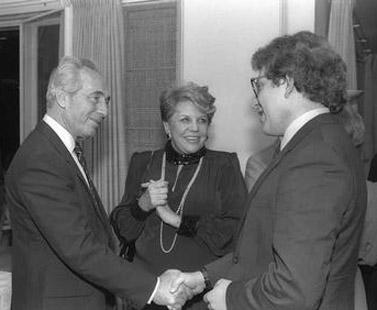 """מירה אברך לצד ראש הממשלה שמעון פרס כשהוא מקבל את פניו של הכנר שלמה מינץ, 1986 (צילום: יעקב סער, לע""""מ)"""