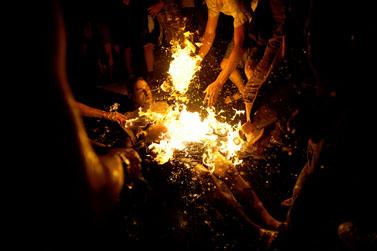 """משה סילמן עולה בלהבות, תמונת השנה של תחרות הצילום העיתונאי """"עדות מקומית"""" (צילום: בן קלמר, באדיבות """"עדות מקומית"""")"""