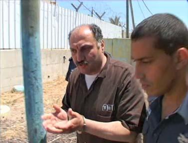 סאמר עלאווי בדרכו לבית-הדין הצבאי בשומרון, 22.8.11 (צילום מסך מתוך חדשות ערוץ 2 באינטרנט)