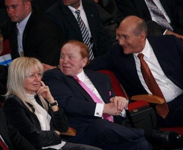 שלדון ומרים אדלסון. מימין: ראש הממשלה לשעבר אהוד אולמרט. ירושלים, מאי 2008 (צילום: אוליביה פיטוסי)