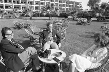 """צוות """"מעריב"""" בשיחות השלום במלון מינה האוז בקהיר, דצמבר 1977. מימין: תמר גולן, עודד גרנות ושמואל שגב (צילום: שמואל רחמני)"""