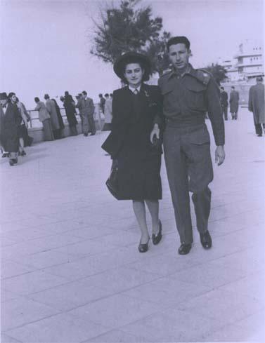 שרירא ובעלה החייל אריאל כהן בחוף תל-אביב, בימי מלחמת העולם השנייה