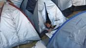 אדם קורא עיתון במאהל מחאה בירושלים, 12.8.11 (צילום: ליאור מזרחי)