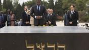 נשיא טוגו מביט בקבר הרצל, שלשום בירושלים (צילום: יונתן זינדל)