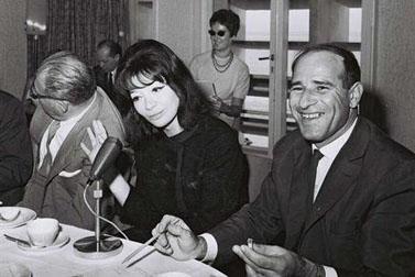"""בן-פורת עם הזמרת הצרפתייה ג'ולייט ברקו בעת ביקורה בישראל ב-1962 (צילום: משה פרידן, לע""""מ)"""