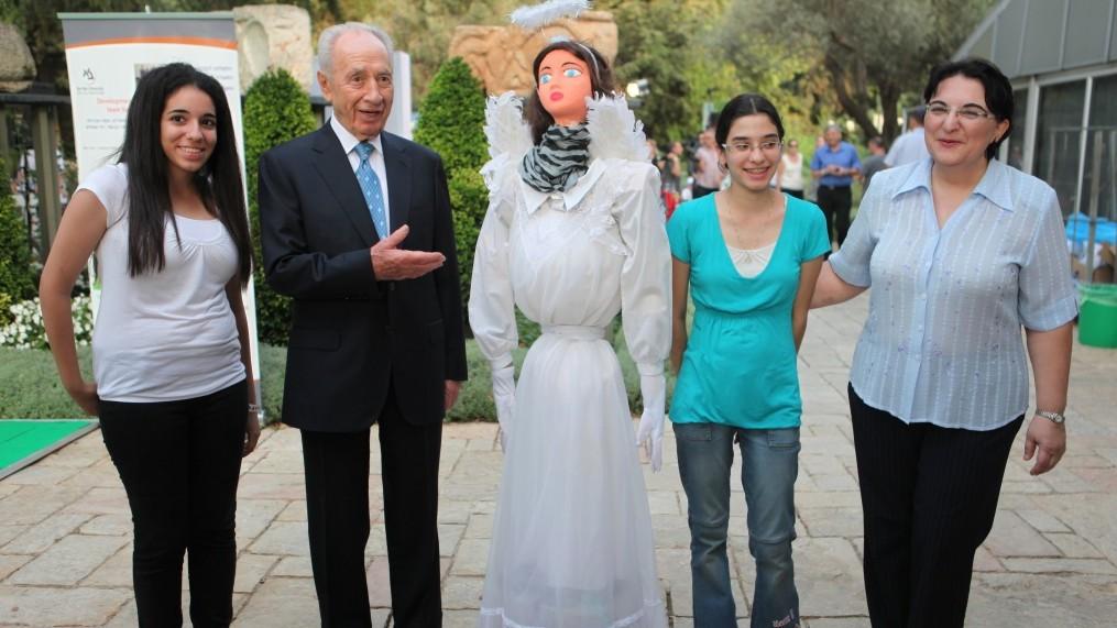 נשיא המדינה שמעון פרס מבקר בתערוכה מדעית, אתמול (צילום: יואב ארי דודקביץ')