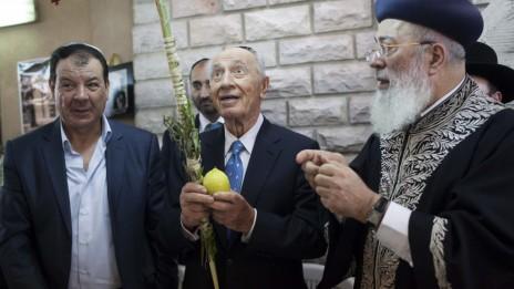 נשיא המדינה שמעון פרס מגיע לסוכתו של הרב הראשי שלמה עמאר, אתמול (צילום: יונתן זינדל)