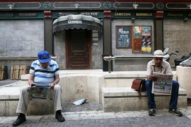 ישראלים קוראים עיתון, אתמול (צילום: נתי שוחט)