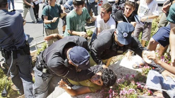 שוטר מרתק מפגין, אתמול בירושלים (צילום: אורן נחשון)