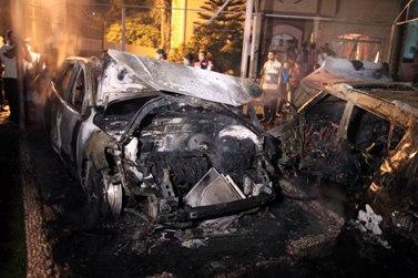פלסטינים בעזה בוחנים מכונית שנפגעה מטיל ישראלי (צילום: ויסאם נאסר)