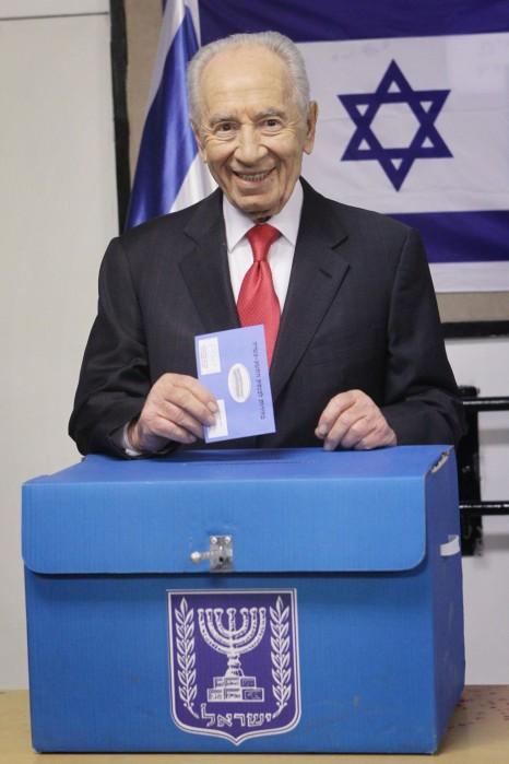 נשיא המדינה שמעון פרס מצביע, הבוקר (צילום: מרים אלסטר)