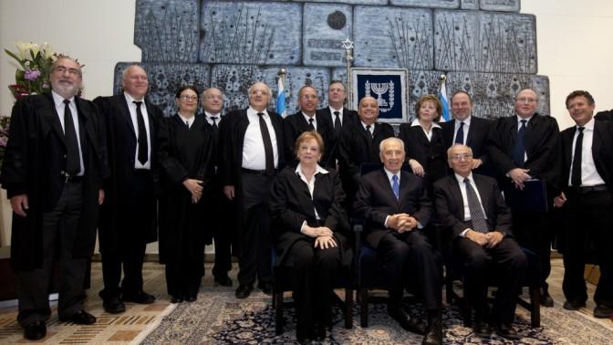 נשיא המדינה שמעון פרס ושר המשפטים יעקב נאמן לצד שופטי בית-המשפט העליון, אתמול בירושלים (צילום: דוד ועקנין)