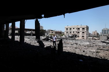 איש חמאס בוחן את הנזק שגרמה הפצצת חיל האוויר למתחם הארגון ברצועה (צילום: ויסאם נאסר)