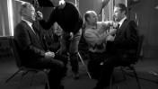 האוורד דין (משמאל) מתאפר לקראת הופעה אצל ג'ון סטיוארט (מימין) (צילום: רויטרס)