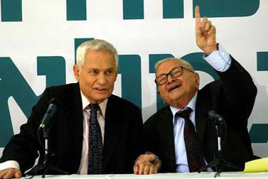 """יור"""" מפלגת הגמלאים רפי איתן (מימין) מודיע אתמול במסיבת עיתונאים על הצטרפותו של העיתונאי גדעון רייכר למפלגה (צילום: רוני שוצר)"""