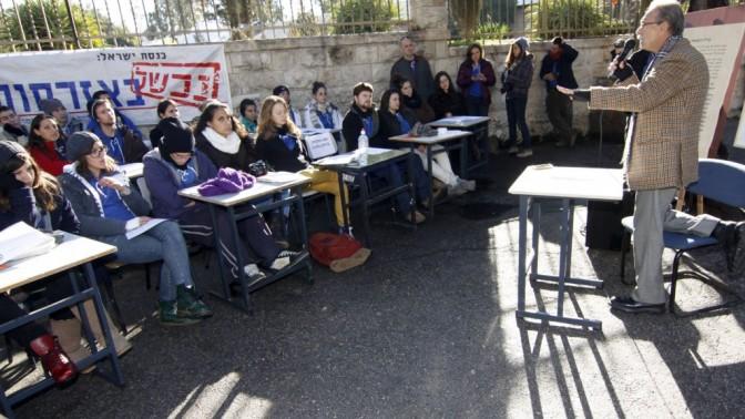 ראובן אברג'ל, ממנהיגי הפנתרים-השחורים, מרצה בפני חניכי תנועת השומר הצעיר מחוץ למעונו הרשמי של ראש הממשלה בירושלים, אתמול (צילום: אורן נחשון)