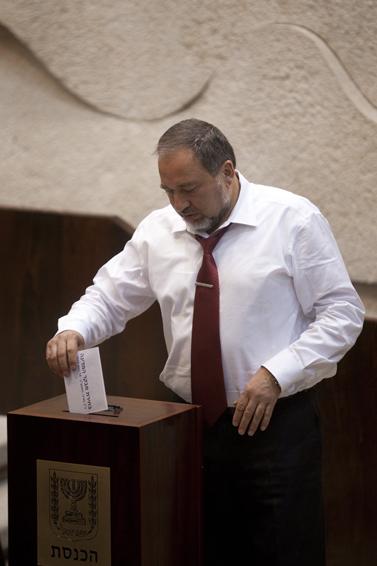 שר החוץ אביגדור ליברמן בוחר את מבקר המדינה, אתמול בכנסת (צילום: דוד ועקנין)