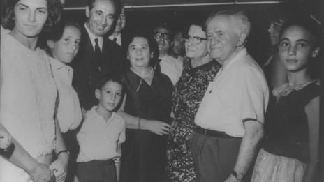 דוד ופולה בן-גוריון בחגיגת הבר-מצווה של יוני, בנם של שמעון וסוניה פרס, 1965 (צילום: פלאש 90)