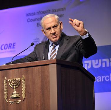 ראש הממשלה בנימין נתניהו מחווה בידו, שלשום (צילום: יואב ארי דודקביץ')