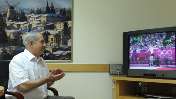 """ראש ממשלת ישראל בנימין נתניהו צופה בשידור טלוויזיוני של מתעמל ישראלי באולימפיאדה בלונדון, אתמול (צילום: משה מילנר, לע""""מ)"""