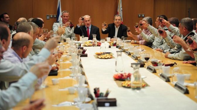 הרמת כוסית (צילום: אריאל חרמוני, משרד הביטחון)