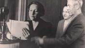 """מימין: אדווין סמואל וצבי גיל בתערוכה על """"קול ירושלים"""", 1976. משמאל צילום מתוך התערוכה: הקריינית האנגלית ב""""קול ירושלים"""" רות רוברטסון (צילום: באדיבות צבי גיל)"""