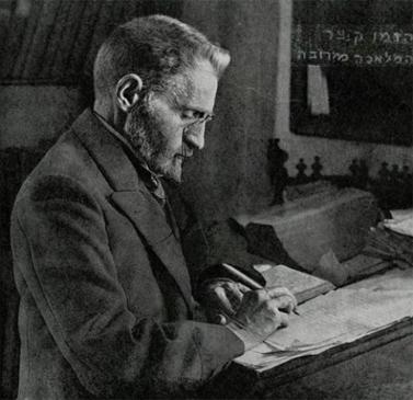 אליעזר בן-יהודה עמל על הכנת המילון המפורסם (צילום: צלם לא ידוע, בין 1910 ל-1920)