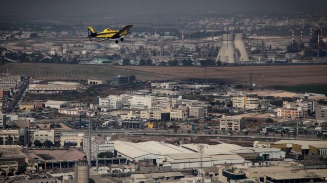 מטוס כיבוי בדרכו לכיבוי שריפה בחיפה, אתמול (צילום: אבישג שאר-יישוב)