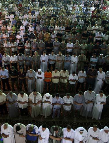 מתפללים במסגד אל-עמרי בעזה. תקופת הרמדאן, אוגוסט 2009 (צילום: פלאש 90)